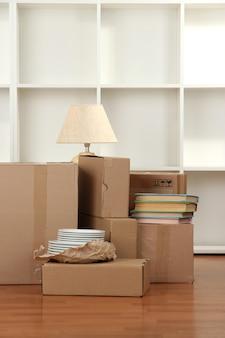 Boîtes de déménagement dans une pièce vide