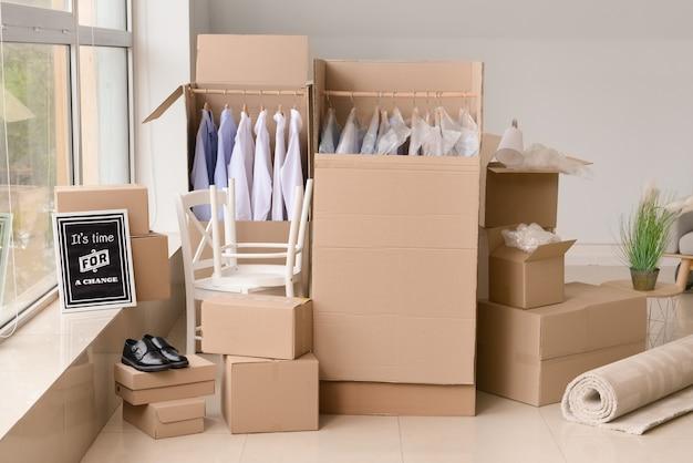 Boîtes de déménagement avec effets personnels dans la chambre