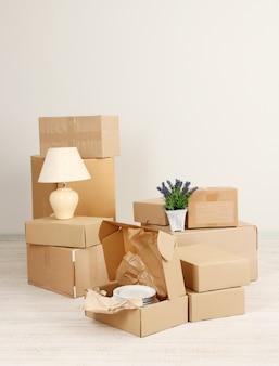 Boîtes de déménagement sur le sol dans une pièce vide