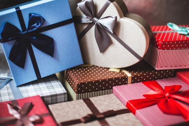 Boîtes élégamment emballées avec gros plan de cadeaux