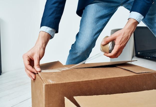 Les boîtes d'emballage changent de responsable du bureau d'emploi. photo de haute qualité