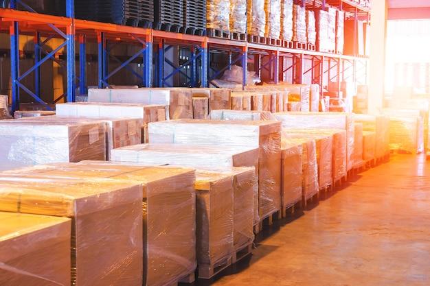 Boîtes d'emballage enveloppées de film plastique sur des palettes dans un entrepôt de stockage entrepôt d'expédition de fret