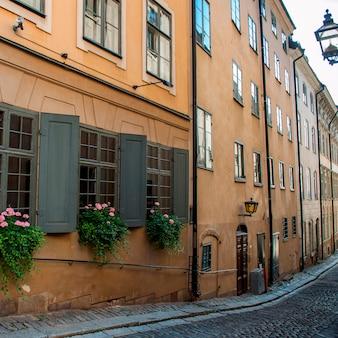 Boîtes de fenêtres sur les fenêtres du bâtiment, gamla stan, stockholm, suède