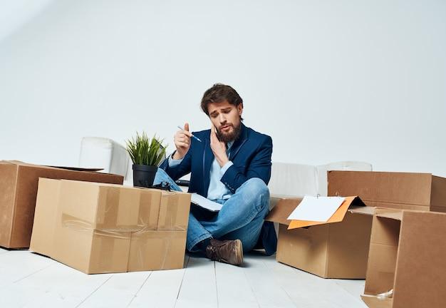 Boîtes d'homme d'affaires avec des choses en mouvement bureau de travail