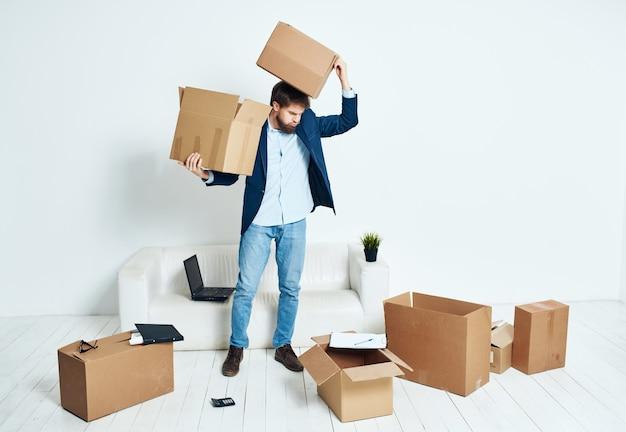 Boîtes d'homme d'affaires avec des choses en mouvement officiel de travail de bureau. photo de haute qualité