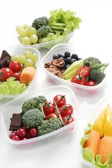 Boîtes à lunch avec des aliments sains