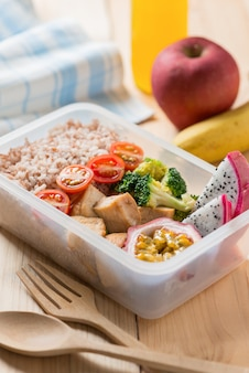 Boîtes à lunch saines dans un emballage en plastique