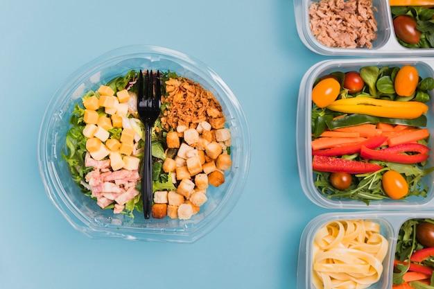Boîtes à lunch de travail et salade vue de dessus