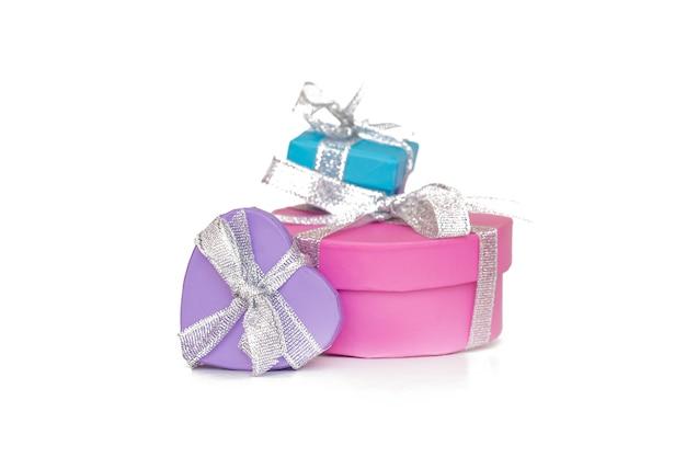 Boîtes multicolores cadeaux emballés dans du papier recyclé avec ruban isolé sur blanc