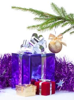 Boîtes multicolores avec des cadeaux de noël