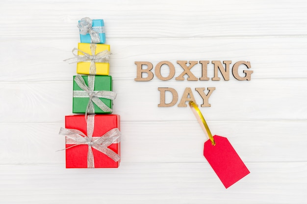 Boîtes multicolores emballées dans du papier recyclé avec ruban pour le lendemain de noël