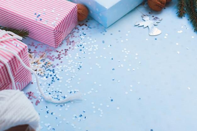 Boîtes de noël roses et bleues sur paillettes