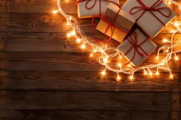 Boîtes de nouvel an avec guirlande