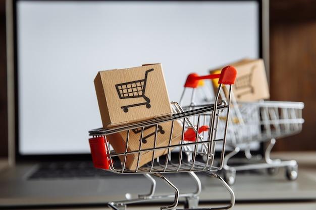 Boîtes de papier en gros plan trollies. concept d'achat, de commerce électronique et de livraison en ligne