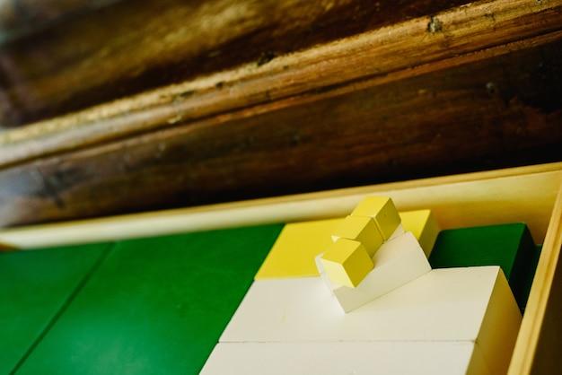 Boîtes de pièces pour apprendre la géométrie et compter dans une salle de classe montessori