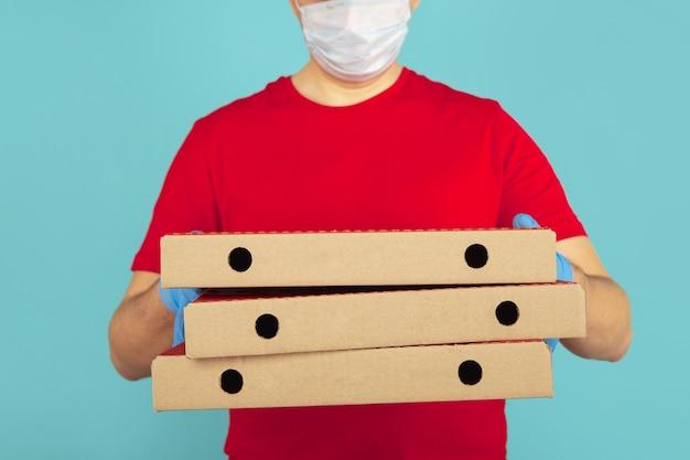 Boîtes à pizza pour la livraison. messager de l'homme dans les gants.