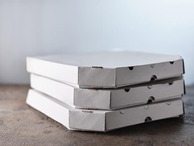 Boîtes à pizza sur la table