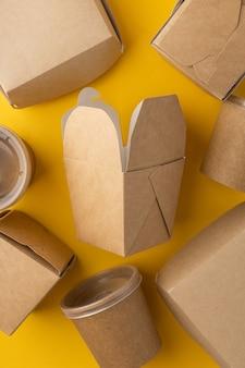 Boîtes en plastique pour la livraison de nourriture sur fond clair