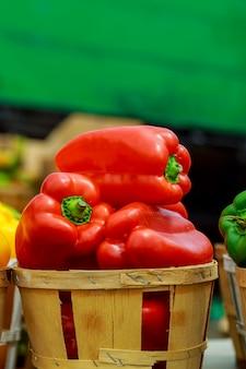 Boîtes de poivrons colorés sur le marché.