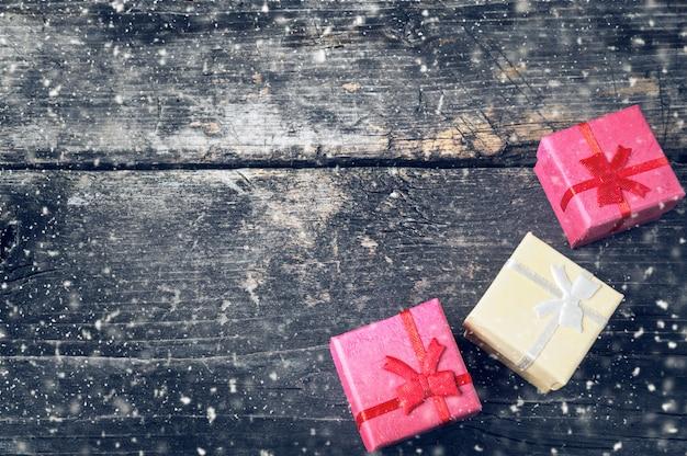 Boîtes pour cadeaux sur de vieilles planches.