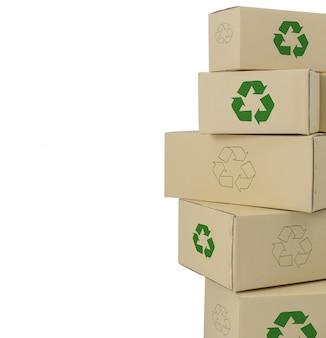 Boîtes avec recyclage inscrivez-vous dans différentes tailles de boîtes empilées isolées