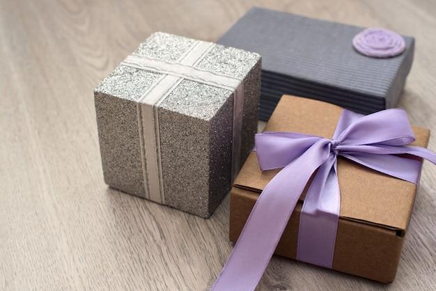 Boîtes de vacances avec des cadeaux sur fond en bois.