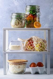 Boîtes en verre et canettes avec concept de stockage de réfrigérateur de produits frais