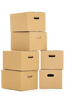 Boîtes vides et fermées sur le blanc