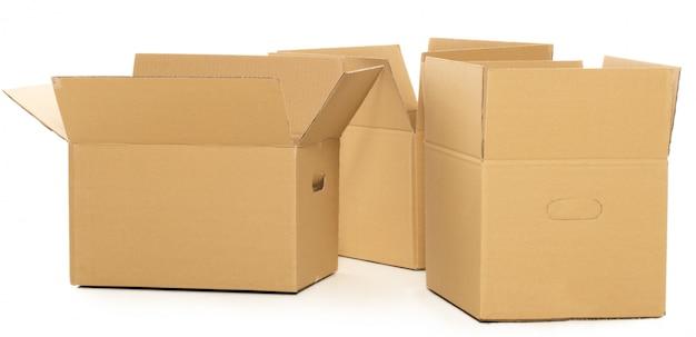 Boîtes vides et ouvertes sur le blanc