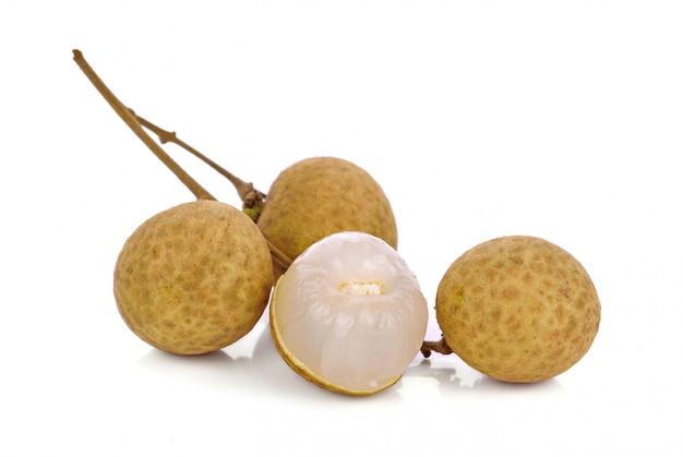 Boîtier en coquille de longane sur fond blanc