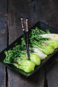 Bok choy cuit aux graines de sésame