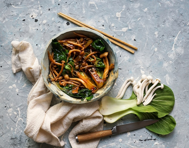 Bok choy o pak choi chou avec champignons shimeji et sauce aux huîtres, ail