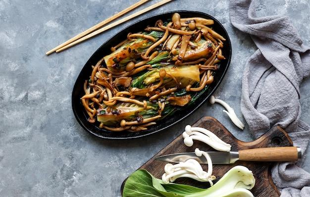 Bok choy o pak choi chou avec champignons shimeji et sauce aux huîtres