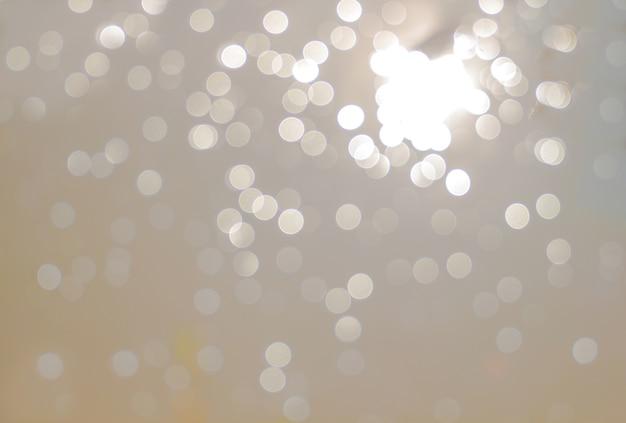 Bokeh abstrait lumières défocalisés comme fond de l'eau