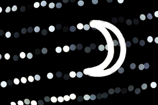 Bokeh abstrait des lumières de la ville blanche sur fond noir