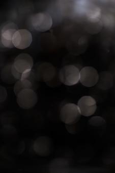 Bokeh argenté sur fond noir.