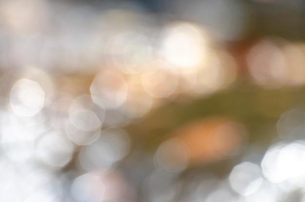 Bokeh causé par la réflexion de la lumière de l'eau et du fond avec des motifs flous