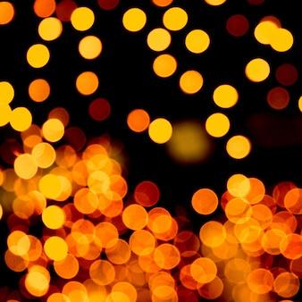 Bokeh jaune abstrait flou sur fond noir. défocalisé et flou beaucoup de lumière ronde