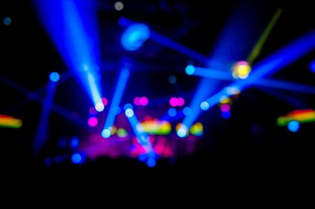 Bokeh light au pub le soir, belle lumière au moment de la célébration.