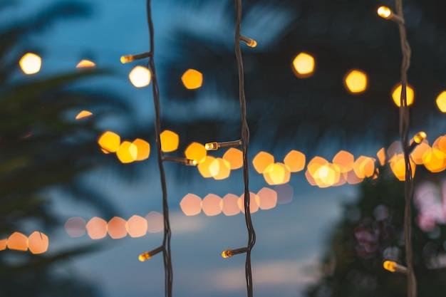 Bokeh de lumière floue avec fond de cocotier sur le coucher de soleil
