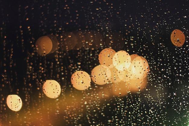 Bokeh avec lumières et pluie