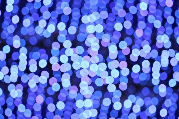 Bokeh de noël abstrait en fond de lumières bleues.