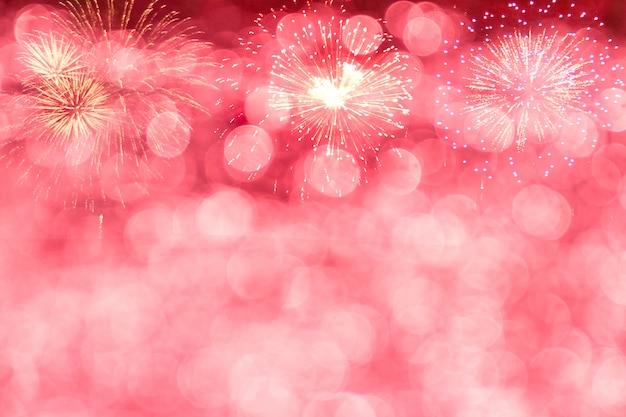Bokeh rouge avec feu d'artifice pour le nouvel an ou célébrer l'arrière-plan