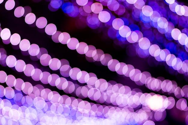 Bokeh violet créé par une série de lumières violettes.