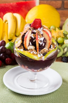 Bol d'açaï avec crème glacée, fruits et céréales.