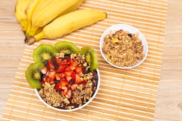 Bol açai, avec kiwi, fraise et granola.
