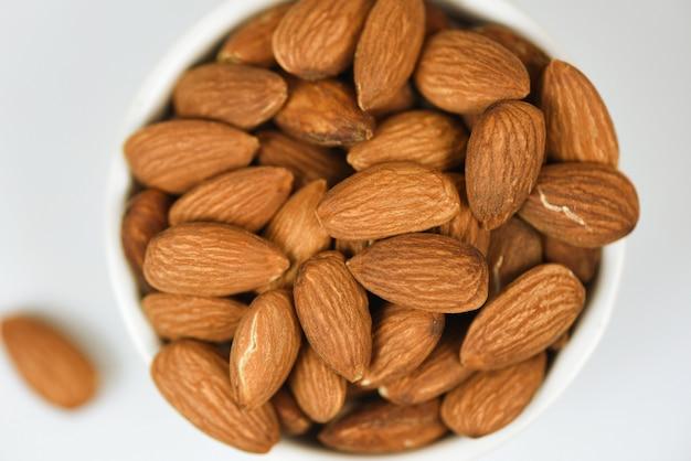 Bol d'amandes / fermez les aliments naturels protéinés avec les noix d'amande et comme collation