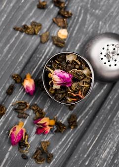 Bol à angle élevé avec des herbes pour le thé