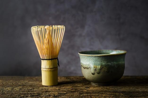 Bol en argile avec fouet en bambou