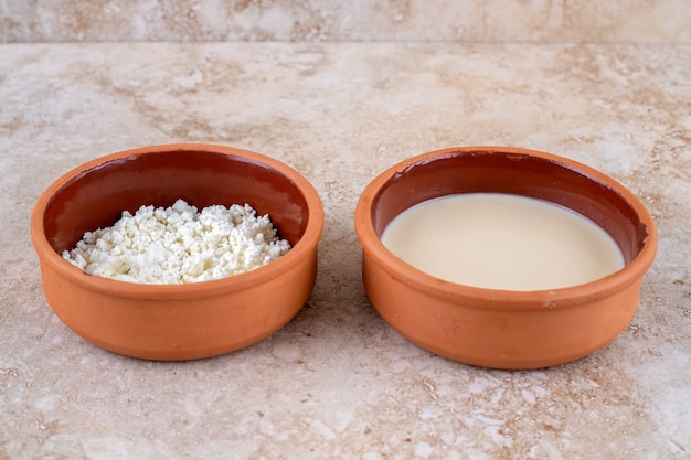 Un bol en argile rempli de délicieux fromage cottage